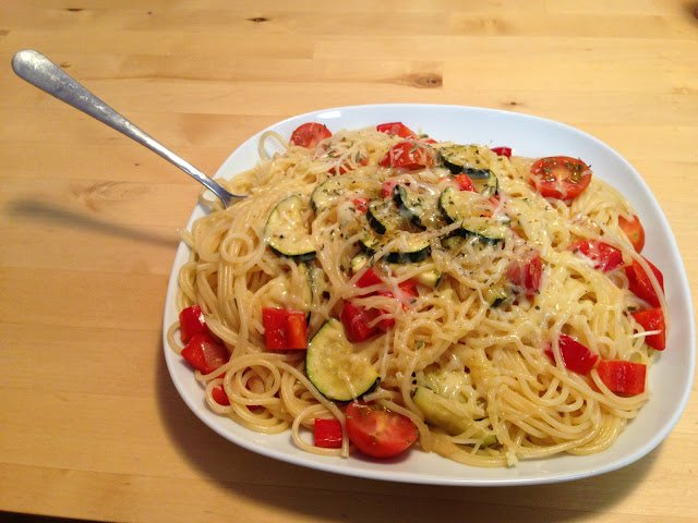 Spaghetti mit Zucchini und Tomaten