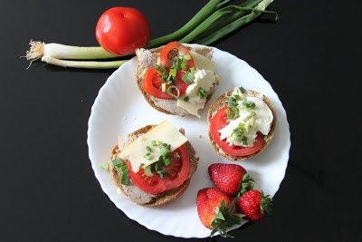 Brötchen mit Tomaten und Käse