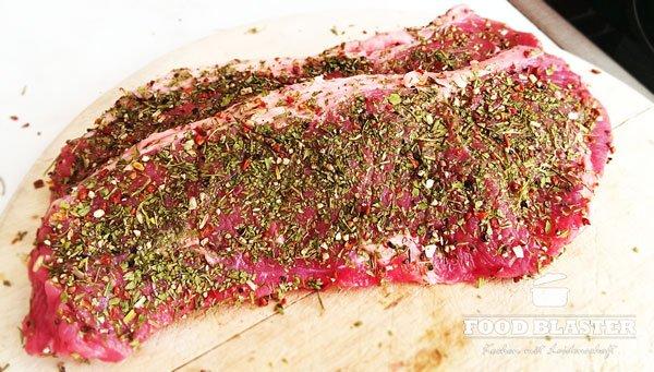 Fleisch mit Kräutermischung würzen