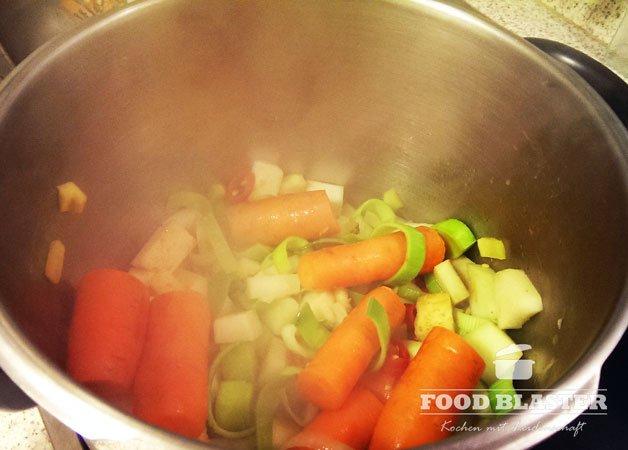 Suppengrün im Topf braten