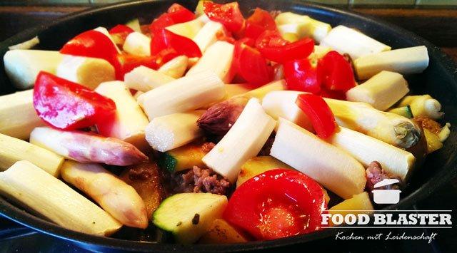 Gemüsepfanne mit weißem Spargel