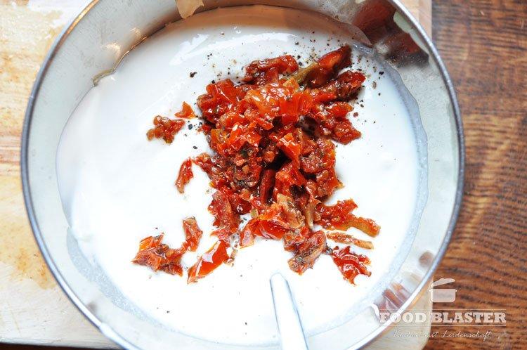 Schmand mit getrockneten Tomaten