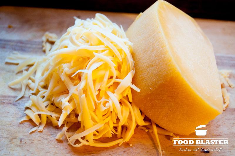 Käse reiben für Auflauf