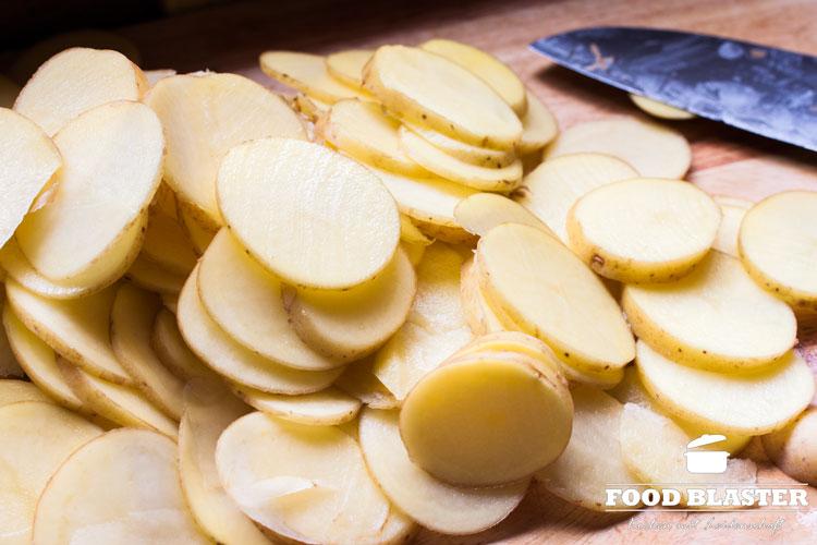 Kartoffel in Scheiben schneiden