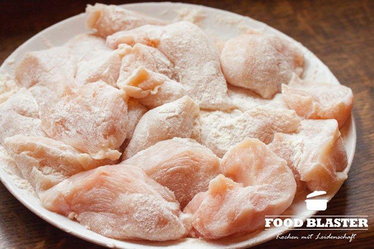 Hähnchen in Nuggets schneiden