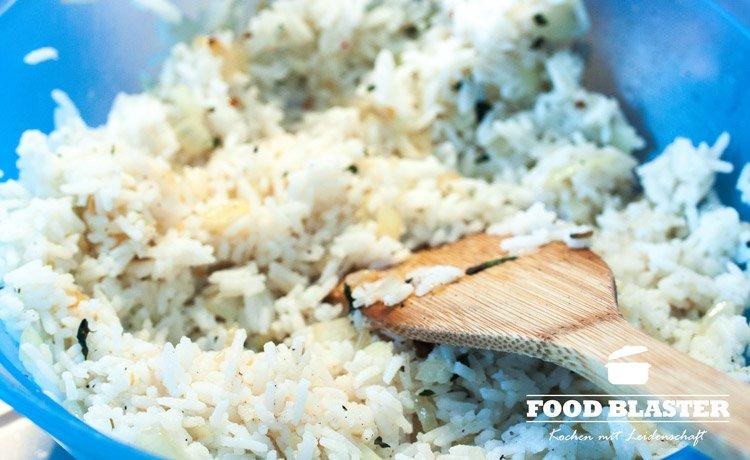 Gekochter Reis für gefüllte Paprika